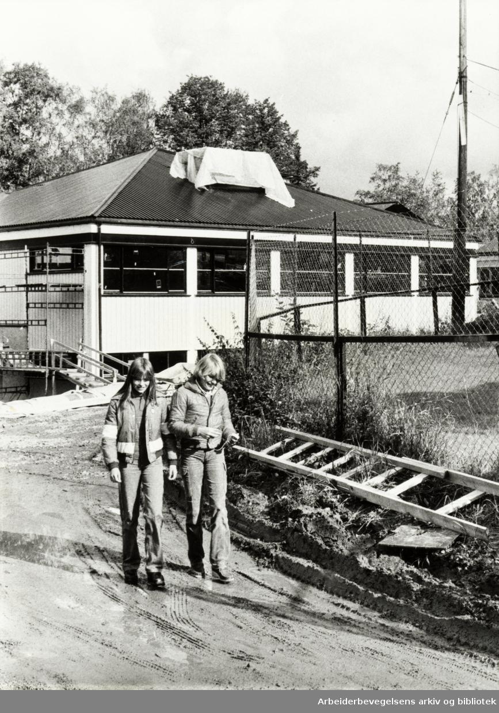Kjelsås. Den nye ungdomsskolen. Torun Fernsjø og Eli Bakken skal begynne på den nye ungdomsskolen neste år. September 1978