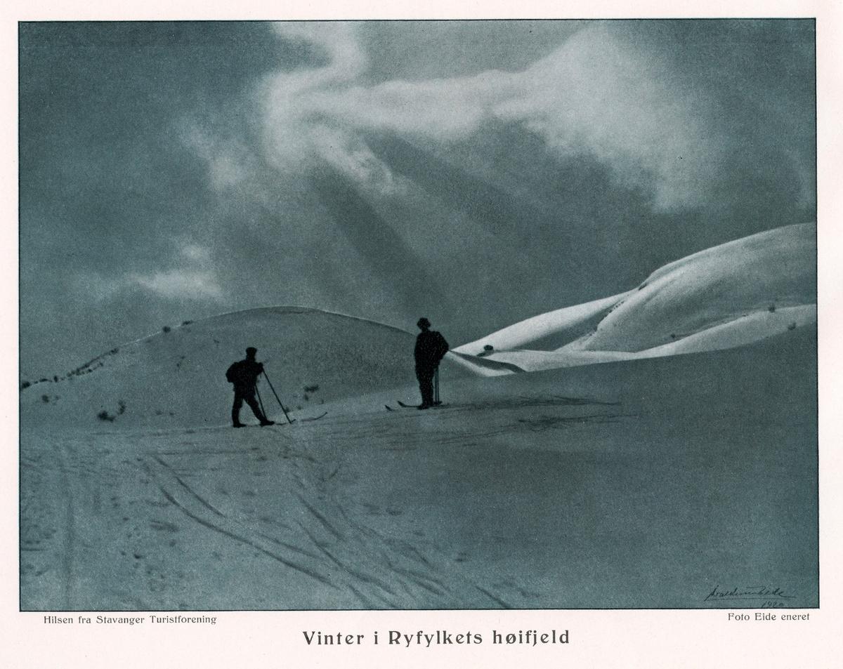 Fra skitur i Lysefjordheia i 1913. To personer på ski.