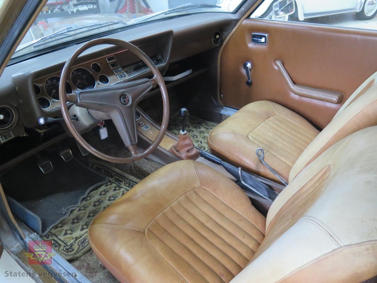 2-dørs kupé karosseri, brun metallic lakk. Brun innvendig. GT-instrumenter (GT-panel). Bilen har en vannavkjølt, bensindrevet 4-sylindret rekkemotor med to-løp fallforgasser. Motoren har et sylindervolum på 1298 kubikkcentimeter. Motorytelse/effekt 82 hk (SAE). To aksler, bakhjulstrekk. 4- trinns manuell fullsynkronisert girkasse med girspak i gulvet. Antall sitteplasser er 4. Km. stand på telleren er 83060 km, Standard dekkdimensjon foran og bak er 165 x 13. Felger har dimensjonen 4-50 J x 13. Skivebremser foran og tromler bak. 12 volts elektrisk system med negativ pol til gods. Bensintanken rommer 48 liter, bensinpumpen er mekanisk og drives av kamakselen. Bakakselen har utvekslingen 4,125. Bilen har MacPherson dempere med spiralfjærer foran og bladfjærer bak. Bilen er lakkert om i original farge og setene har fått nye trekk.