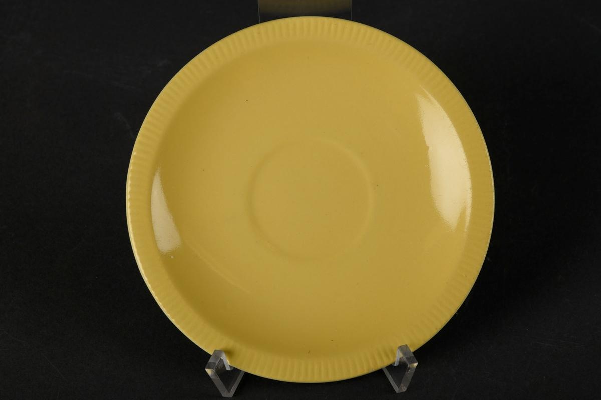 Tefat, hvit på undersiden, og gul på overflaten.