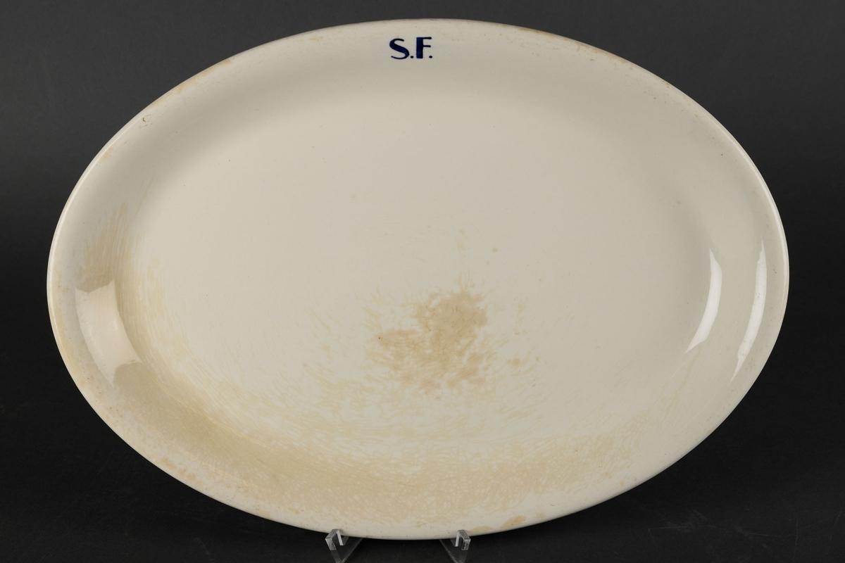 """Hvitt ovalt fat med påskriften """"S.F."""""""