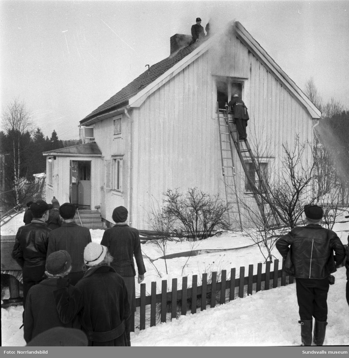 Brandmän i arbete med att släcka en en eldsvåda på övervåningen i en villa i Essvik.