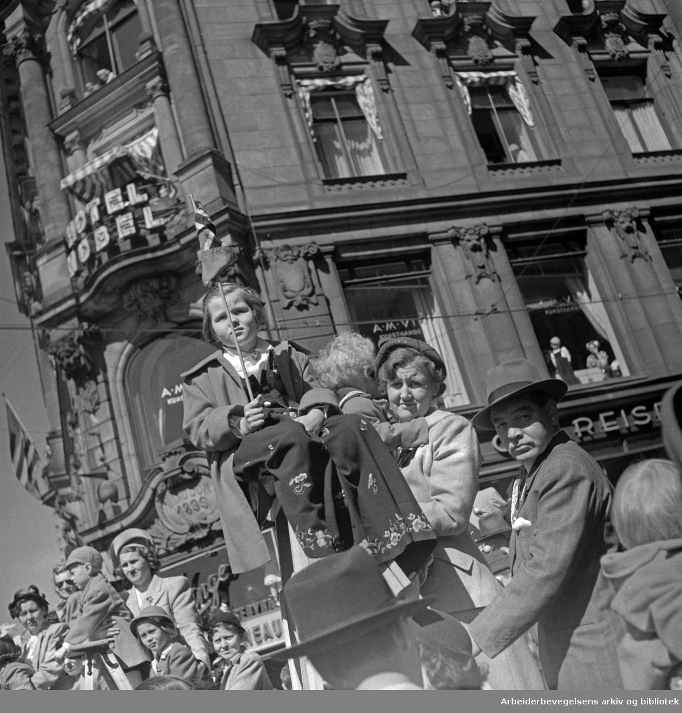 Tilskuere. Barnetoget. Hotel Nobel. Hjørnet av Rosenkrantzgate og Karl Johans gate. 17. mai 1951.