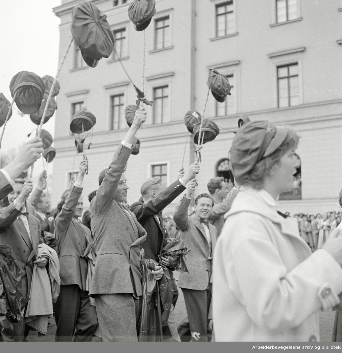 Prins Harald, elev på Oslo Katedralskole, deltar i russefeiringen. 17. mai 1955..