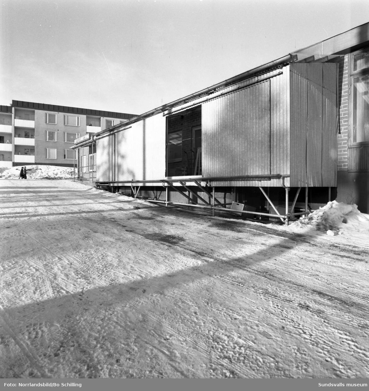 Lastbryggan vid Konsumbutiken i Kubikenborg, Vapelvägen-Harmonigatan.