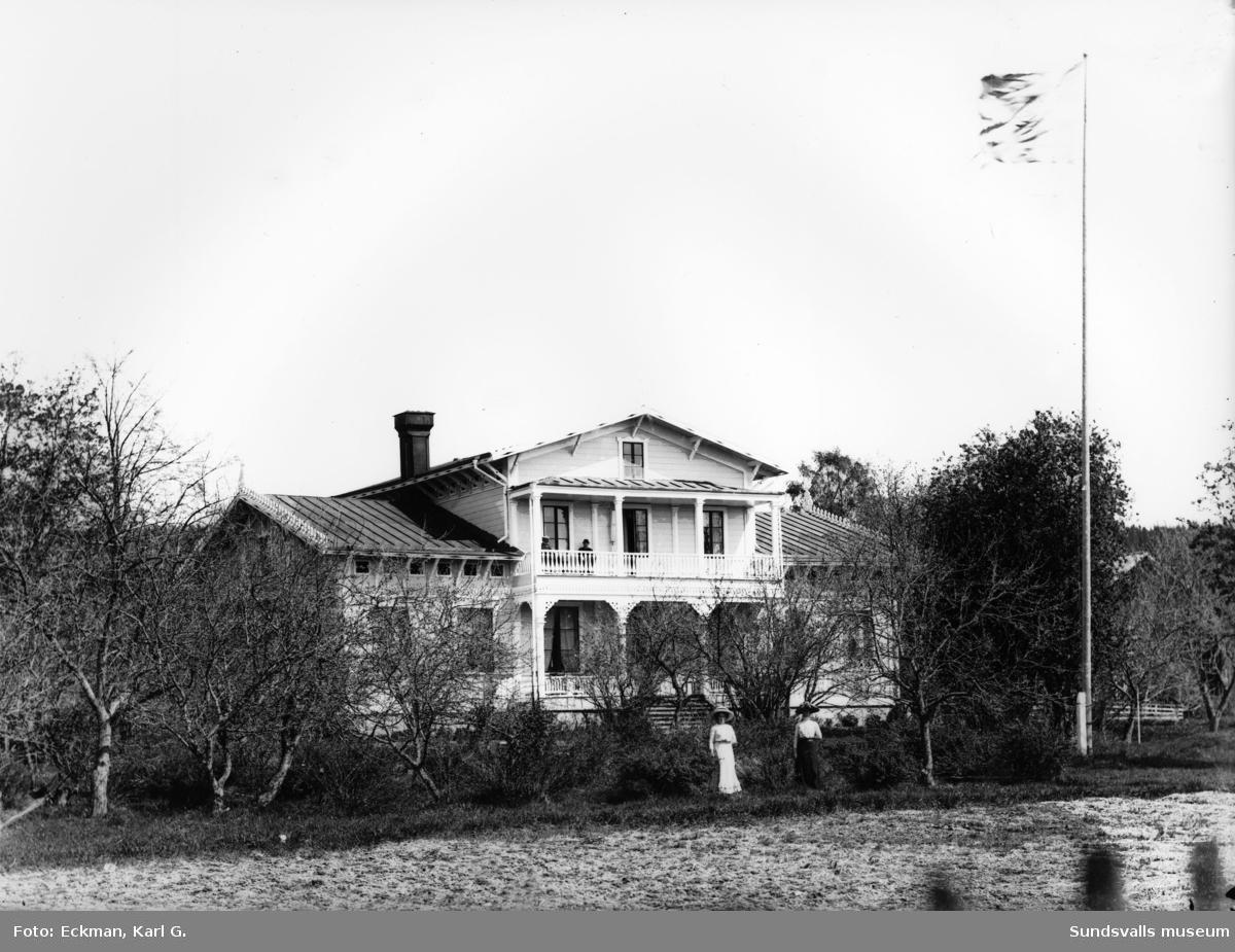 Gamla prästgården i Indal. Bilden är tagen från söder. Ur Karl Eckmans glasnegativsamling.