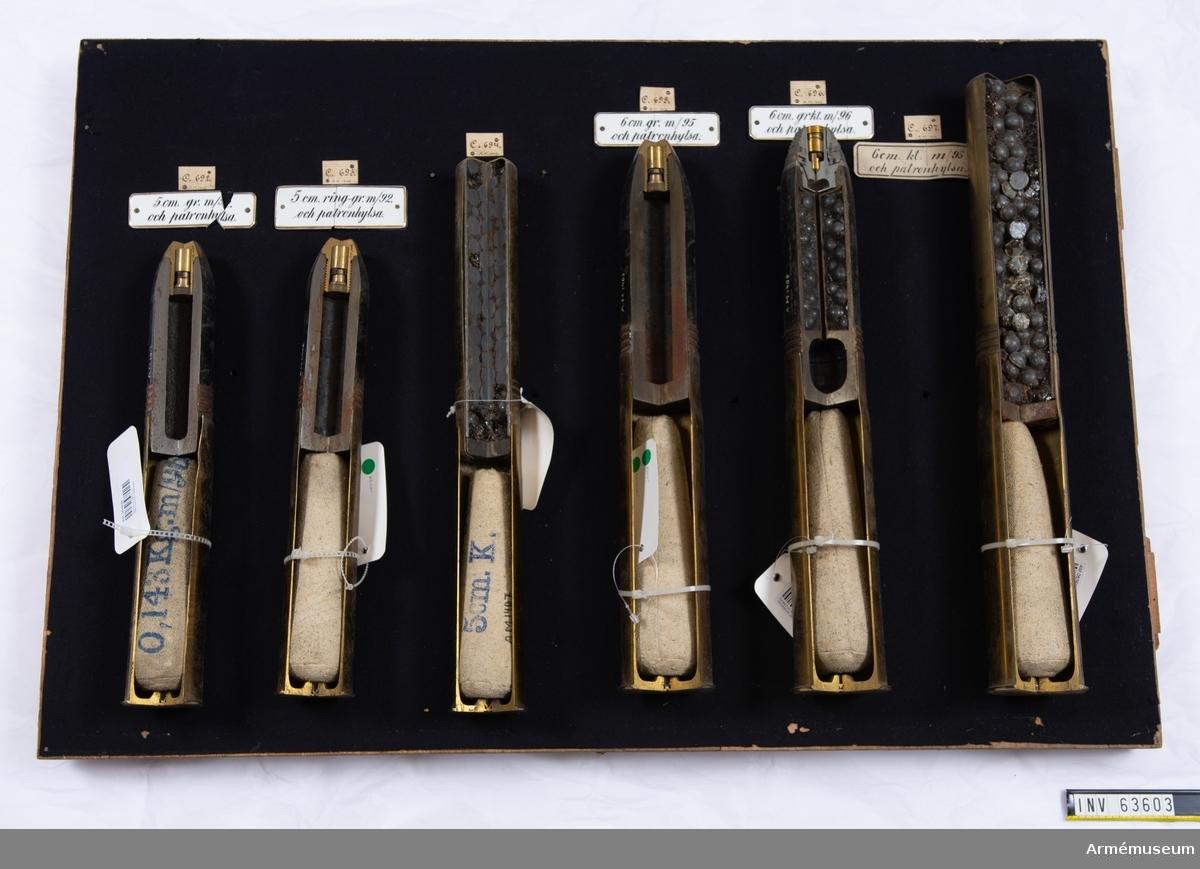 Grupp F II.  Med patronhylsa med tändhatt. Allt (även projektilen) genomskuret. I varje patronhylsa en stridsladdning à 0,413 kg 8 cm kanonkrut m/1896. Stridsladdningen från Stockholms ammunitionsförråd, inkommande reversal nr 5, AfAD skrivelse den 13/10 1898,  dnr M 1900. Överlämnad jämlikt AfAD skrivelse den 13/10 1898, reversal nr 4, dnr M 1900.