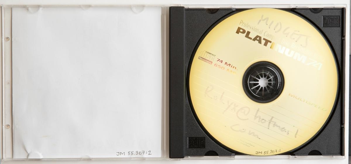 """CD-skiva, musik med gruppen Midgets. Skiva i tredelat, hårt plastfodral med inlaga in framsidan och i baksidan. Framsidan har en svart-vit illustration föreställande en kvinna och man i badkläder. På fodralets baksida sitter en klisteretikett med handskriven text: """"av Frank I 26/9 2002"""".  Innehåll: 1. She knows 2. Blow you 3. Bruieses 4. A.go.go  JM 55307:1, Skiva JM 55307:2, Inlaga JM 55307:3, Fodral"""