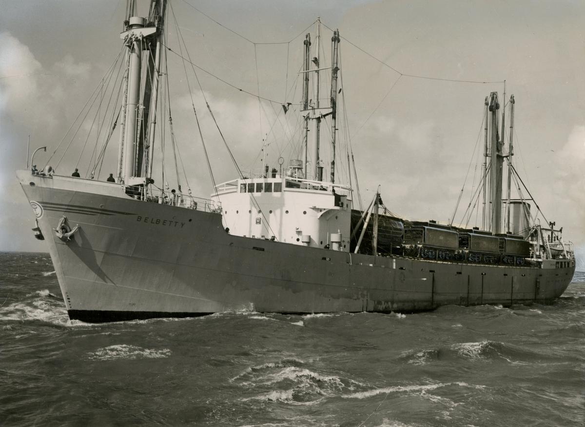 M/S 'Belbetty' (b.1949)(Burmeister & Wain's Maskin- og Skibsbyggeri, København), -i Liverpool på vei til Bandar Shahpur med 16 lokomotiver og kullvogner.