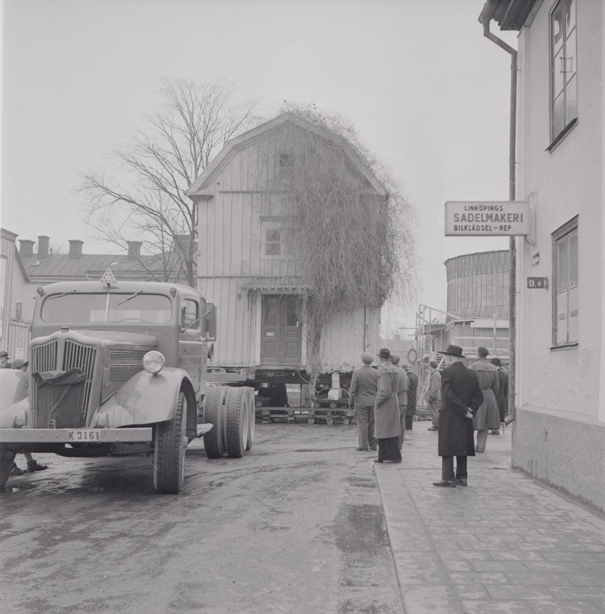 Första husflytten till G:a Linköping år 1952. Här på Nygatan. Mamsellernas hus. Huset flyttades till Gamla Linköping från Nygatan 2. Byggnaden uppfördes vid sekelskiftet 1800 av landssekreteraren Vilhelm Pereswetoff-Morath, som bostadshus för sina anställda, själv bodde han vid Stora torget. Planlösningen är enkel och ålderdomlig. Den har en gavelentré som leder först till en förstuga och därefter ett genomgående kök och ett rum. År 1822 köptes den av hushållsmamsell Karin Laurin, som sålde den 1858 till mamsell Emilia Pettersson.