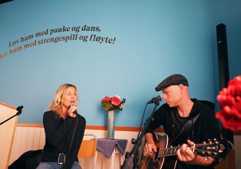 Christin Hoff og Sigmund Vegge spiller intimkonserter i utstillingen Soli Deo Gloria ca. kl. 17 og kl. 18.