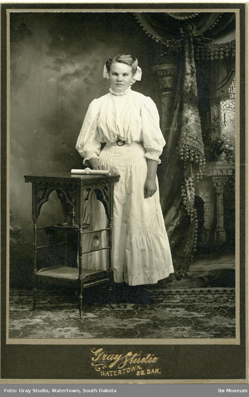 Atelierfoto av ukjent kvinne, teke i USA