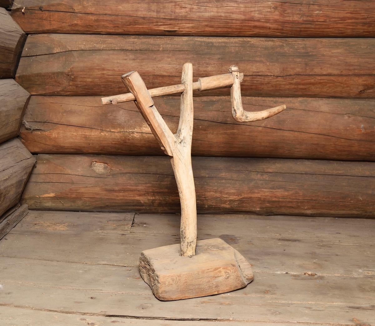 Tvinnstol, repslagarredskap av trä. Fot av tjock bräda, Y-formad ståndare, ena bygeln förlängd med påspikad träbit. Vev av trä med handtag, en uppstående spik i andra änden.