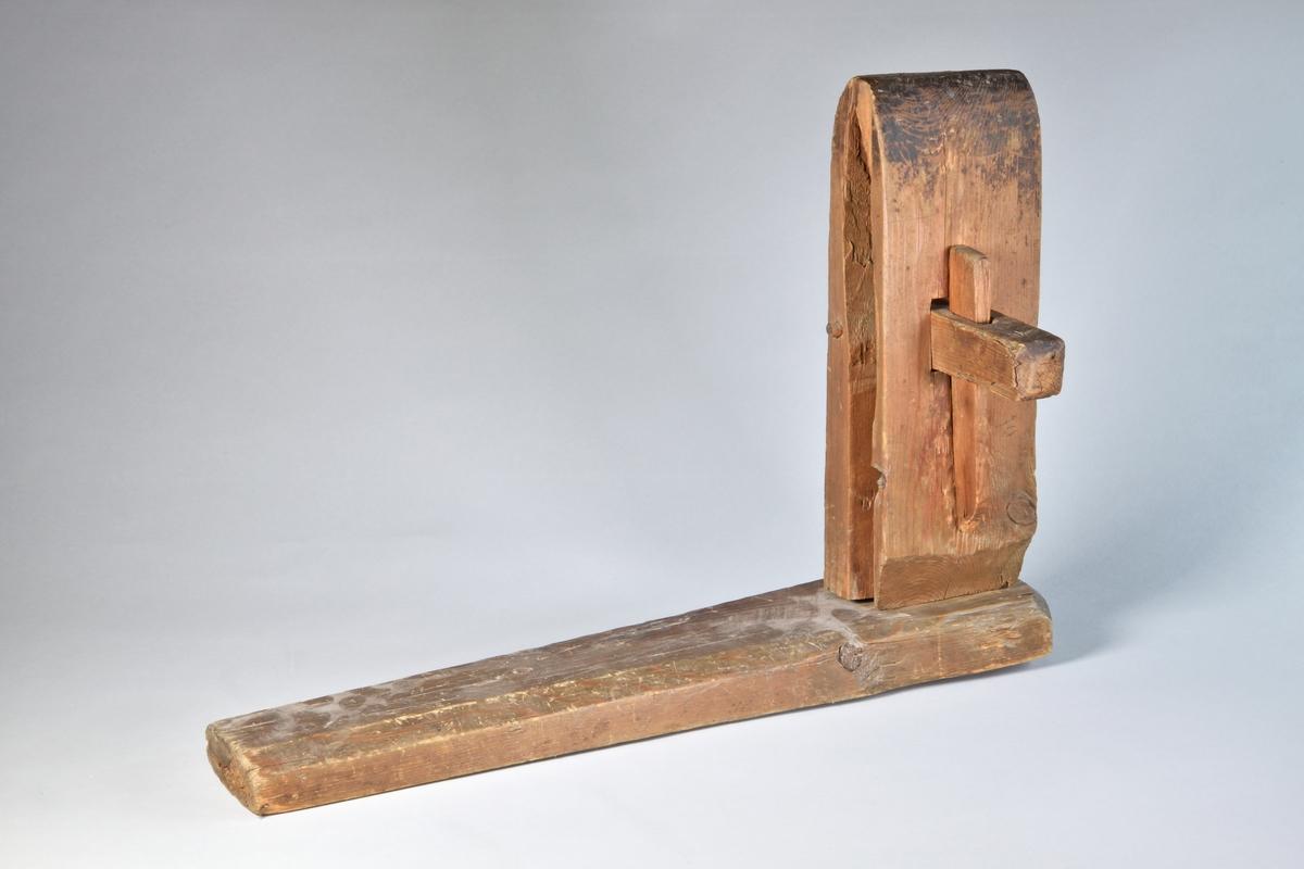 Klämma av furu. En fast del och en rörlig del itappad i rektangulär platta. Den röliga delen och den fast delen används för att klämma fast ett arbete.