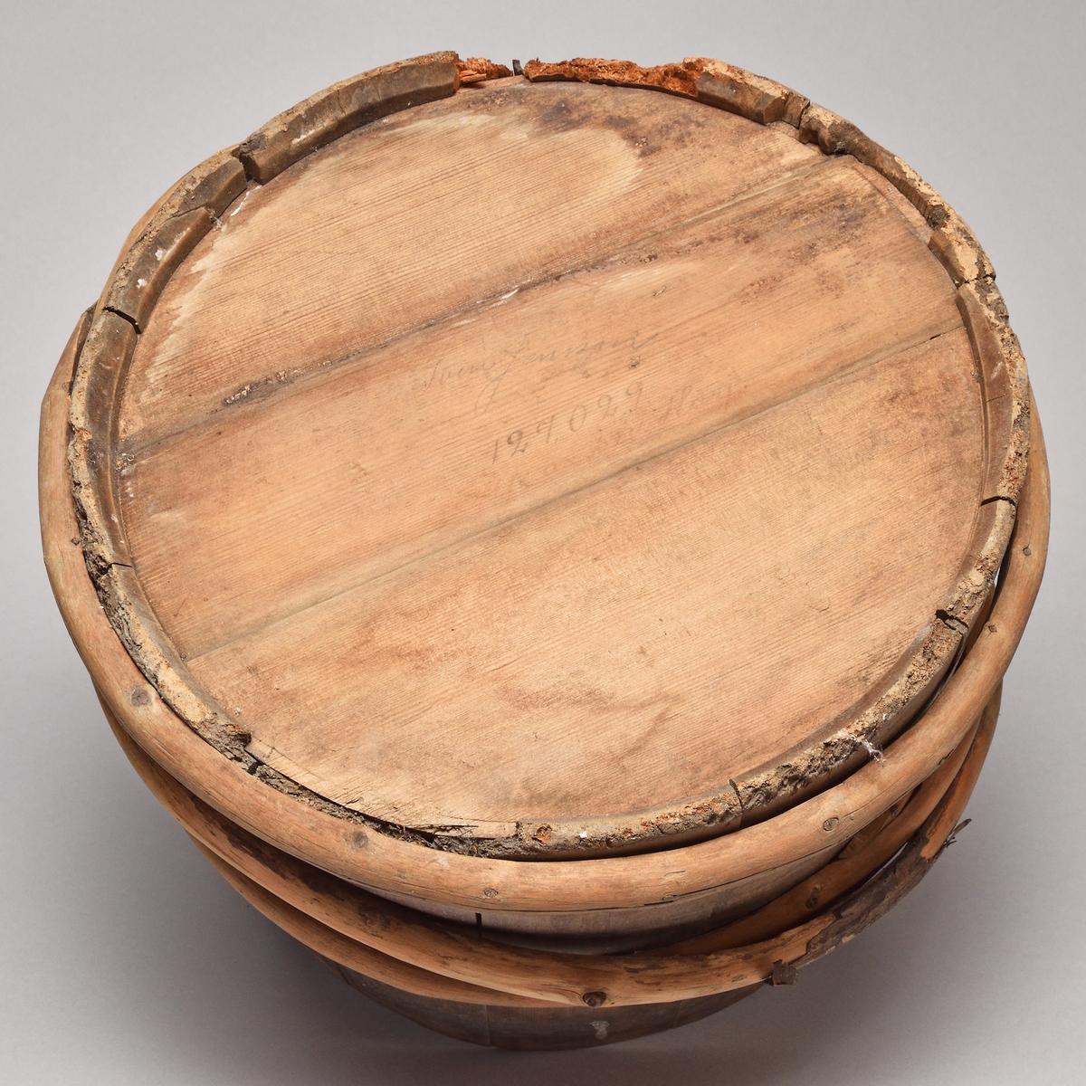 Laggat ämbar av omålat barrträ. Elva stavar, tre trävidjor. Två stavar förhöjda som fäste för järngrepe.