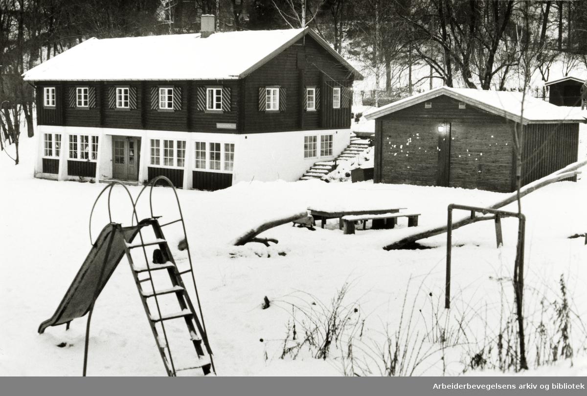 Madserud. Ungdomspatruljens hovedkvarter i Madserud Allé. Barneparken sees i forgrunnen..Januar 1980