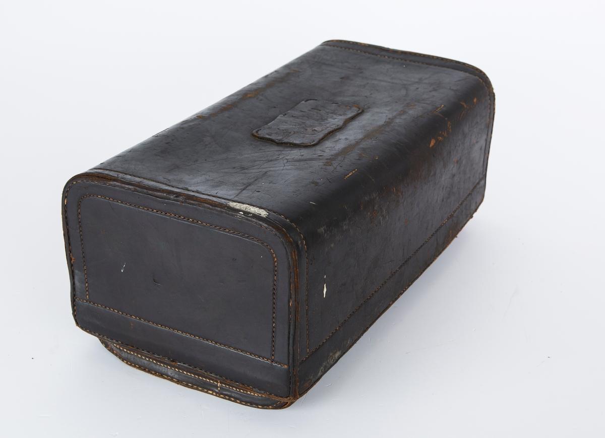 """Verktøyskasse med verktøy, kasse med lokk og to rom i mørk brunt lær, sydd med maskin, dobbelt tråd. Inneholder 6 håndborr     1 vannkran                 1 pakke spiker       1 hammer       2 vindushjørner           1 pakke """"Philplug"""" screwfix 1skrujern        1 boks med trepinner (tobakksboks)"""