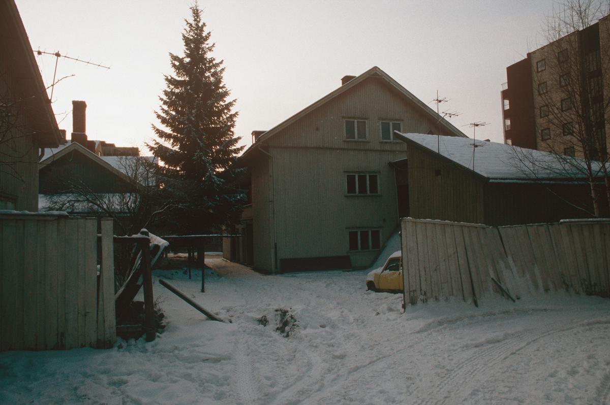 Lillehammer.  Fåberggata 101 med hovedhus og uthus, som skal rives for nytt posthus.  Sett mot sør fra bakgården.  YK-huset i bakgrunnen til høyre.