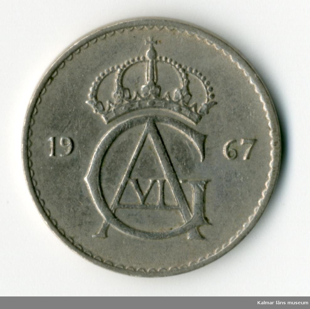 KLM 46167:81 Mynt, av metall, 10 öre. Utgiven 1967. Under Gustaf VI Adolfs tid.