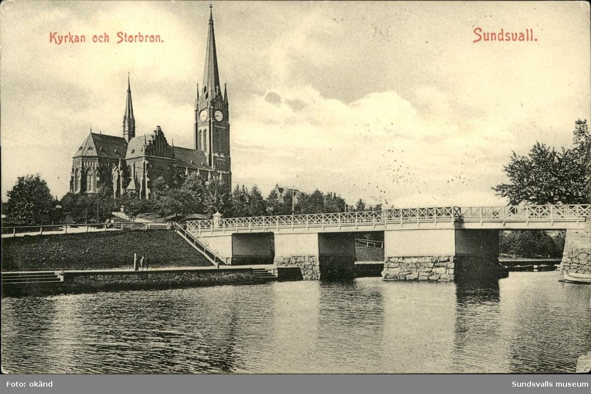 Vykort med motiv över Gustav Adolfs kyrka och storbron i Sundsvall.