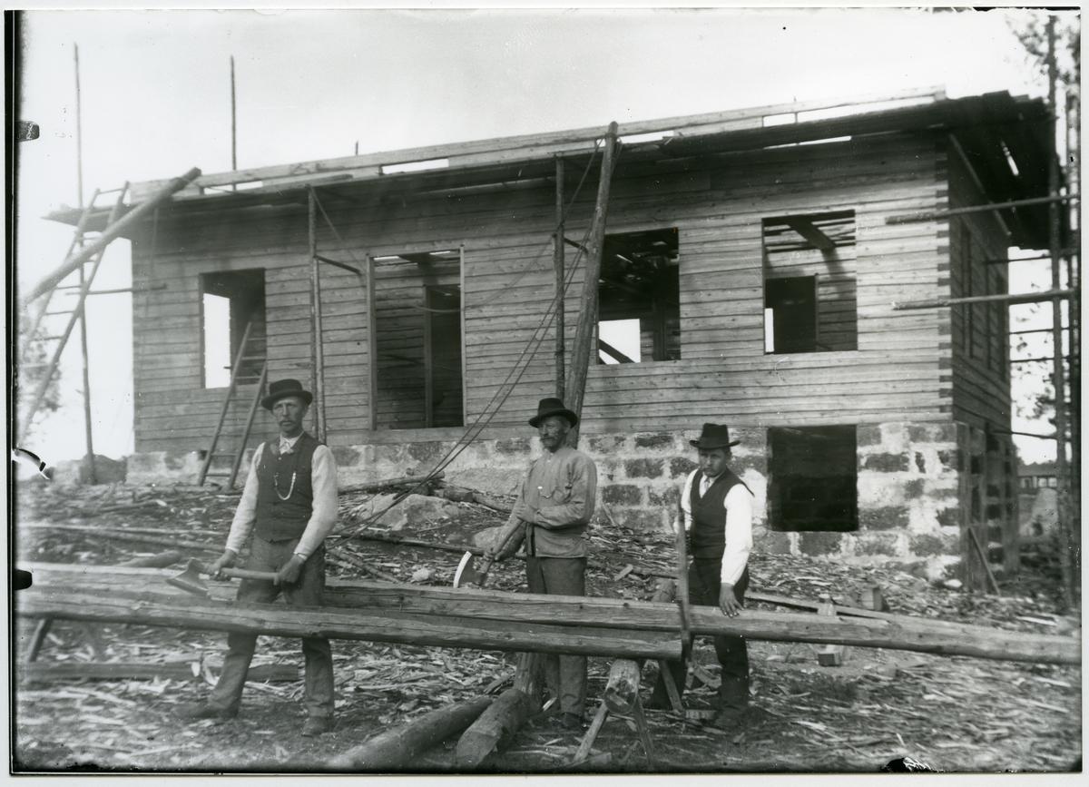 Möklinta sn, Sala. Tre män vid husbygge. Början 1900-talet.