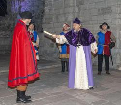 Biskop Mogens prøver å redde livet ved å tilby Truid gavebrevet som Karine har gitt ham over Grefsheim gods. (Foto/Photo)