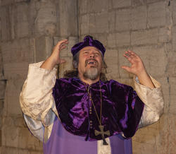 Biskop Mogens løfter armene fortvilet.