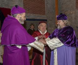 Erkebiskopen, kardinalen og Biskop Mogens legger hendene over hverandre i enighet. (Foto/Photo)