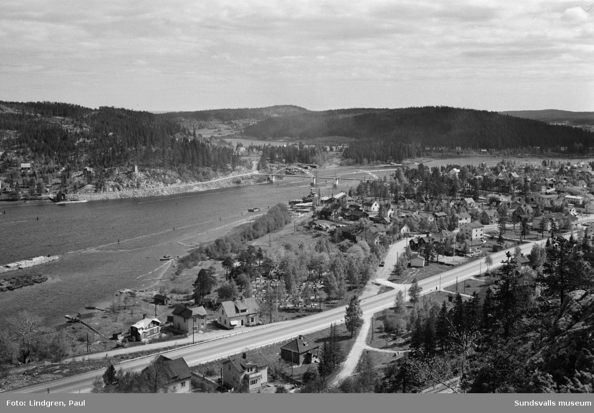 Flygbild med vy över norra delen av Kvissleby mot Essvik samt Harabergsbron. Bron invigdes 1930 och fungerar idag enbart som gång- och cykelväg.