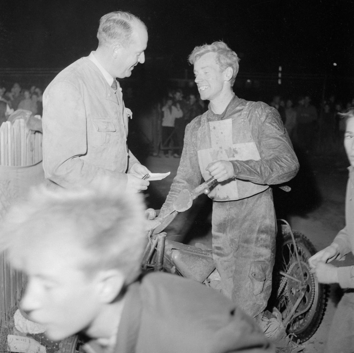 Ove Fundin intervjuas efter svenska landslagets seger över Australasia, ett kombinerat landslag med förare från Australien och Nya Zeeland. Landskampen avgjordes på Kråkvilan i Norrköping den 4 oktober 1955.