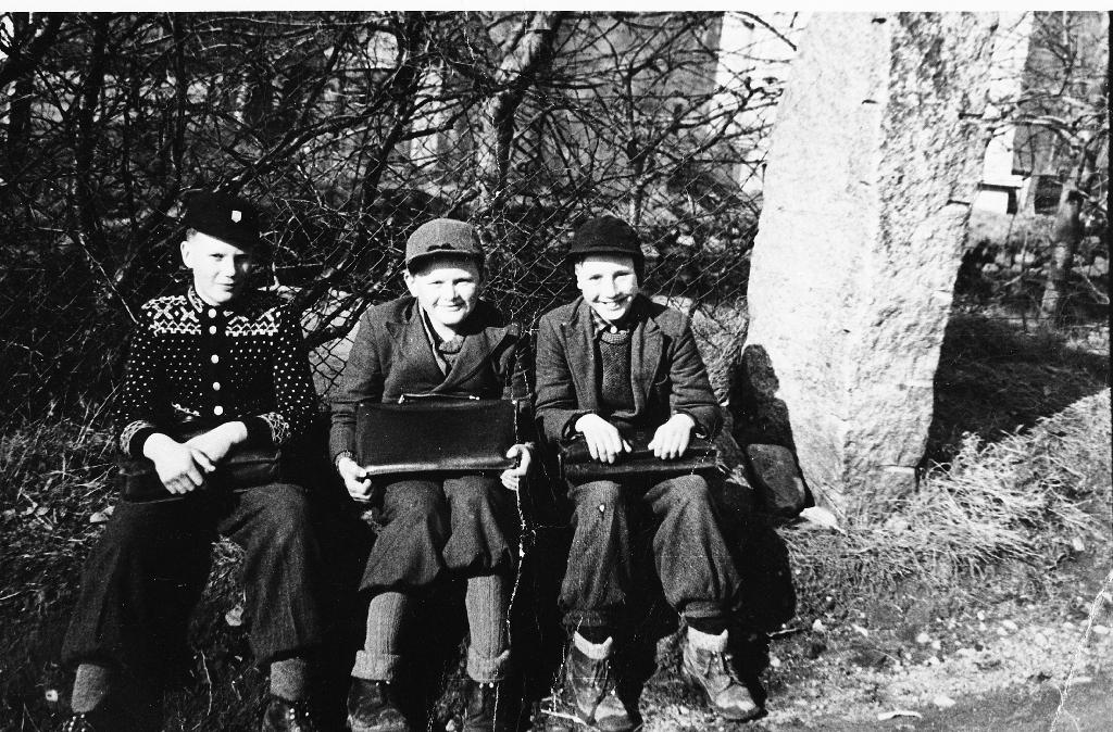 3 smilande gutar på veg heim frå skulen. Frå v. : Torstein Matningsdal, Ole Gabriel Kverneland og Arne Skjæveland.