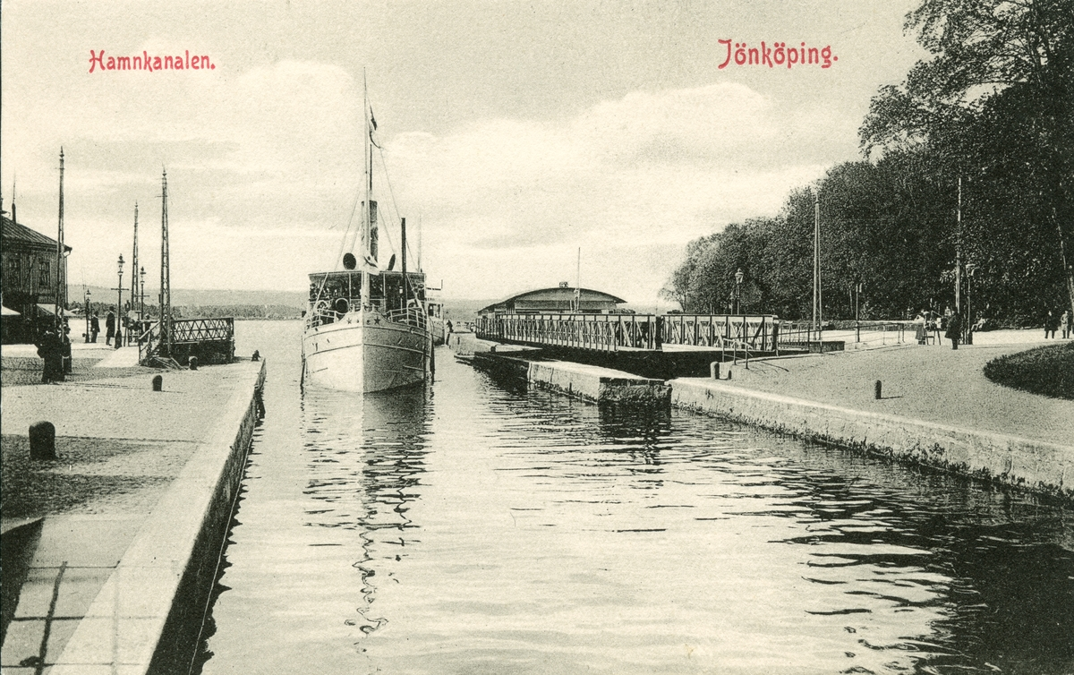 En Ångare paserar i hamnkanalen mellan Munksjön och Vättern i Jönköping.