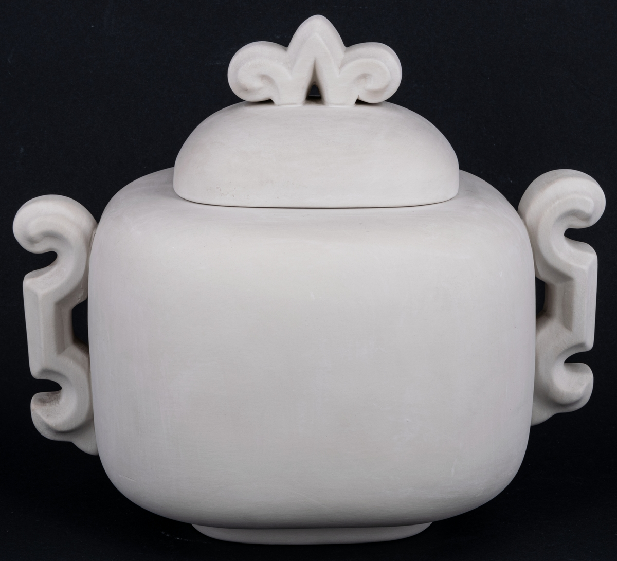 Oglaserad urna, modell A, av vitt lergods, ej färdigställd produkt från Gävle porslinsfabrik.