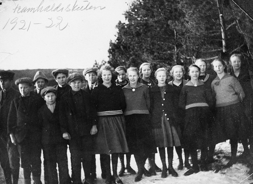 Elevar ved Bryne Framhaldskule 1921/1922 fotografert på isen på Vassbotn. F. v. : Jens Haugland, Sven Kverneland, Bjarne Haugland bak.Svein Norheim, Karl Netland, Arne Løge, Hans Utz, Ragna Sandsmark, bak P. Jåtten, Ingeborg Oma, Kristi (Ingeborg Kristine) Ree, Lida Bjånes, Valborg Ree, Teline Årre, Oline Bryne, Randi Eriksen, Gudrun Taksdal.