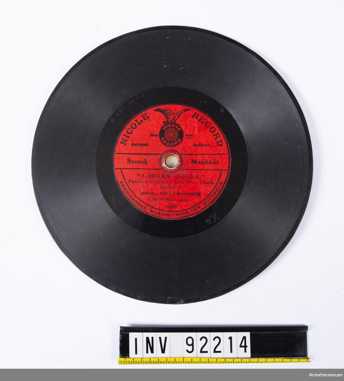 """Den här inspelningen innehåller musik framförd av Göta Livgardes musikkår år 1904. Flöjtsolist är Johan Rösell som 1909 blev musikanförare vid I 5. På etiketten står: """"Lärkan polka"""" på ena sidan och """"Werml (...) Marsch"""" på andra."""