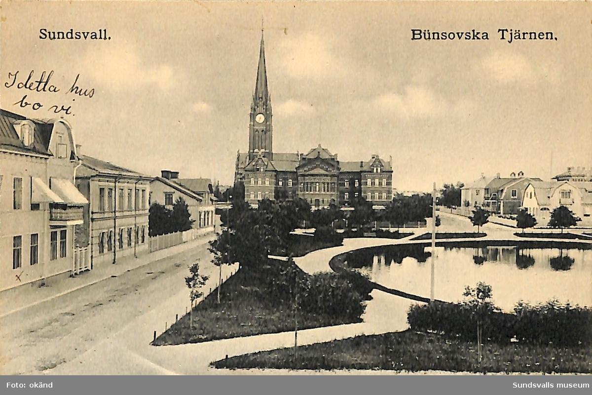 Vykort med motiv över Bünsowska tjärnen och Gustav Adolfs kyrka i bakgrunden.