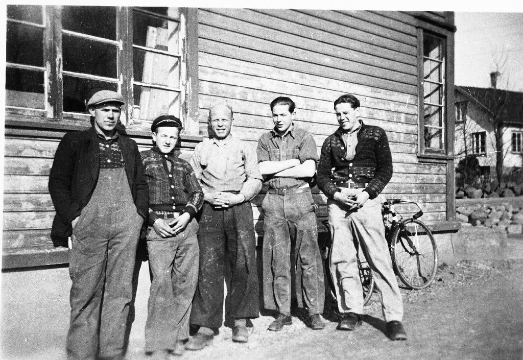 Arbeidsfolk ved Jadarlandets Møbelfabrikk. Frå v. Jakob Ausdal, Leonard Lura, Jarluf Stensland, Kristoffer Orre.