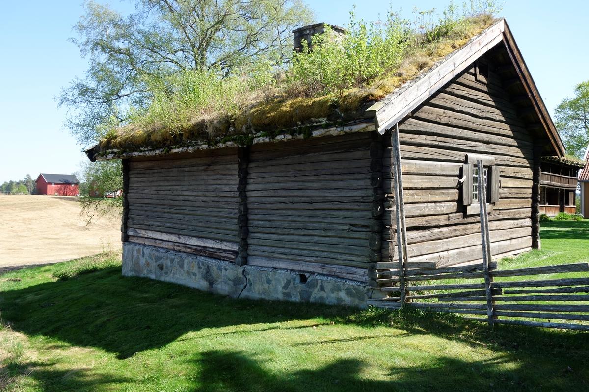 Bryggerhus, opprinnelig fra Funni i Nes, fra ca. 1820. Flyttet til Hvam i 1934.