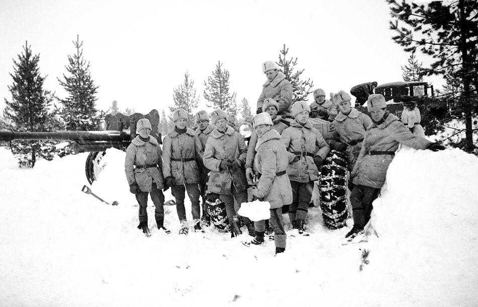 Värnpliktiga på en Boforstraktor. Kanon m/1934.