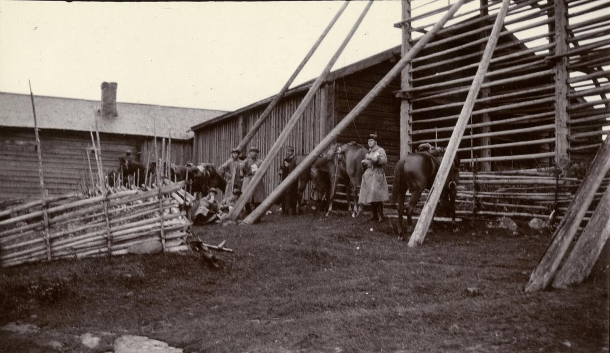 Patrull från Kavalleriskolan gör rast vid Brännland, Umeå.