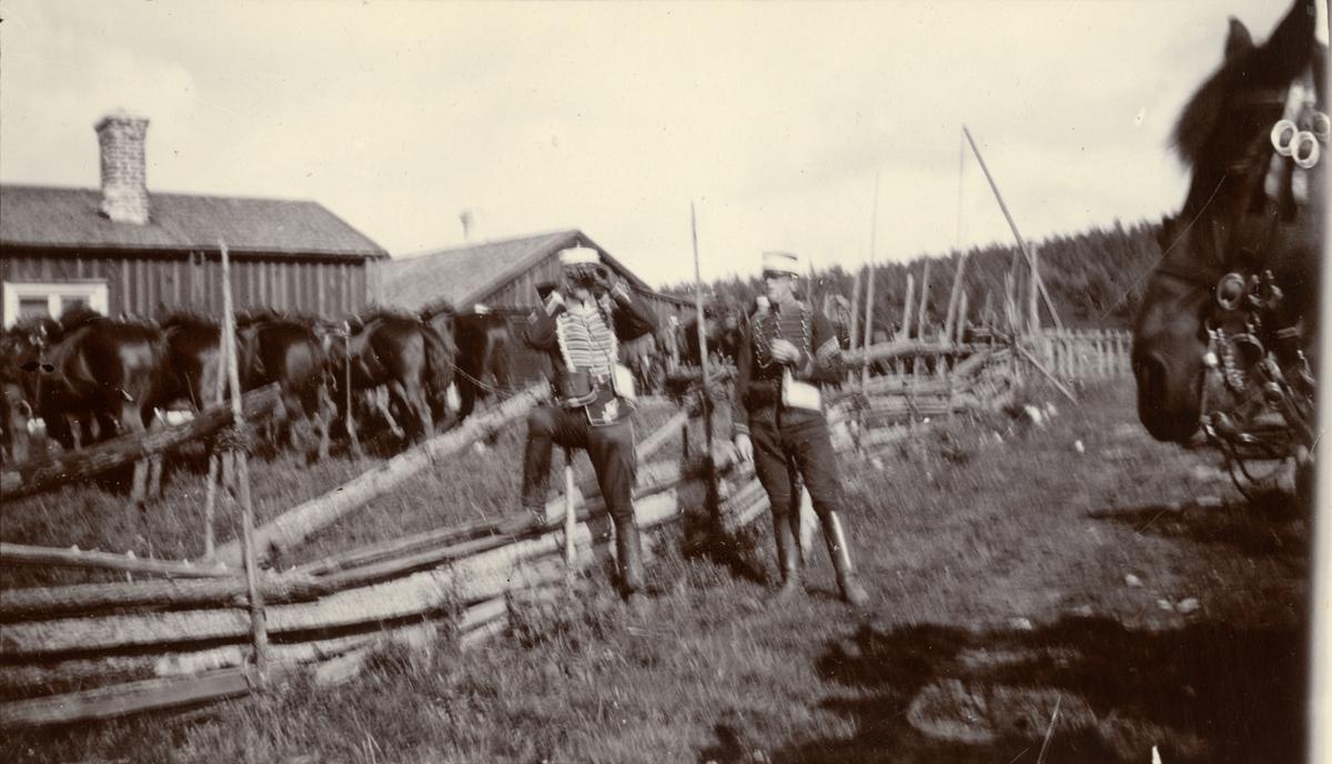 Sergeant Johansson och distinktionskorpral Åhman vid Kavalleriskolan rastar hästarna.