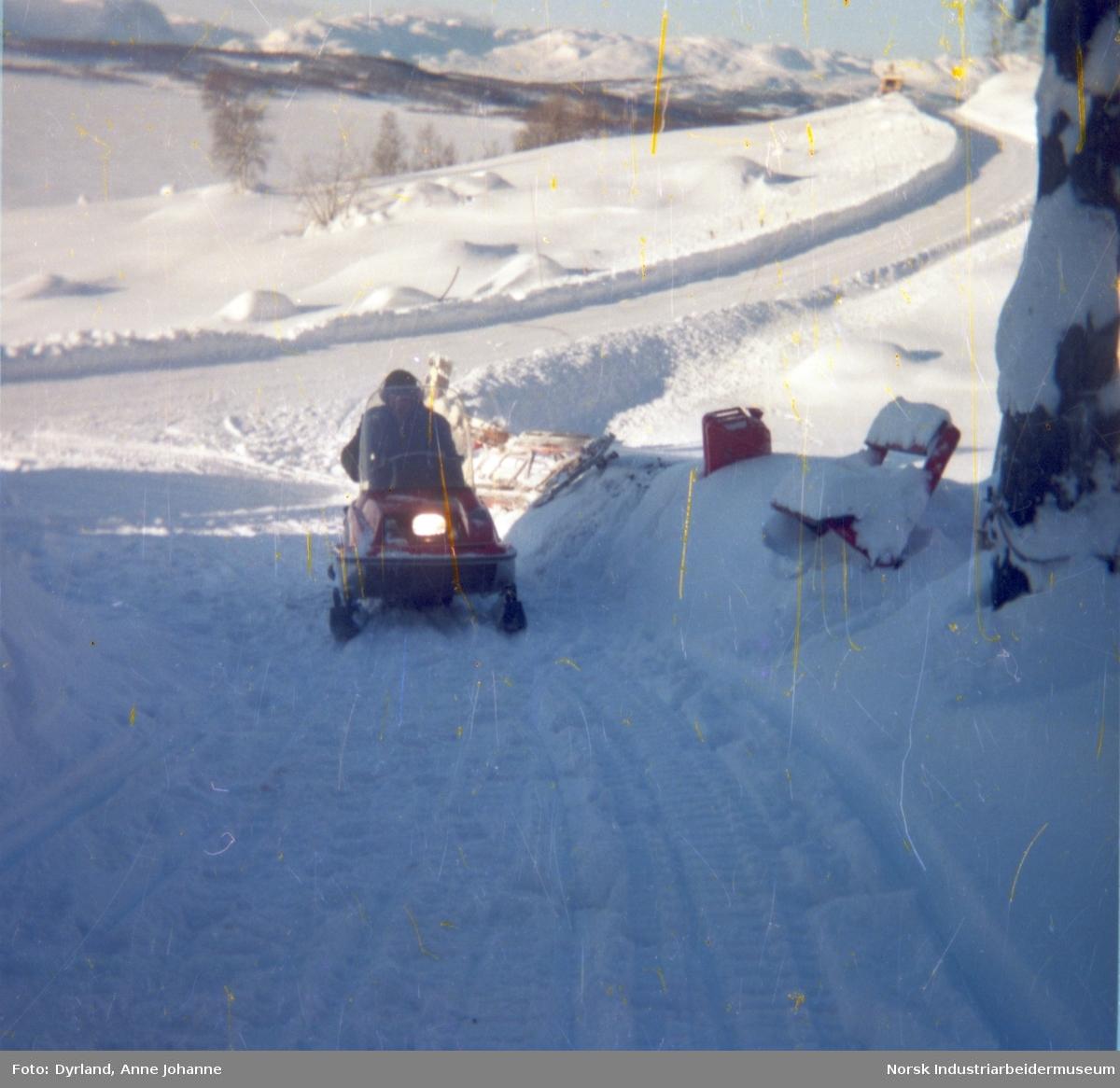 Bjørn Dyrland på snøskuter i oppkjørselen til gården Skinnarland på Møsstrond