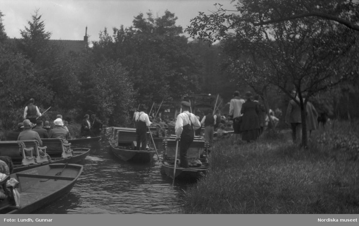 Motiv: Utlandet, Dansös i Grunewald 85 - 91, Spreewald 92 - 101 ; Kvinnor och män åker i båtar som stakas med störar på en kanal.