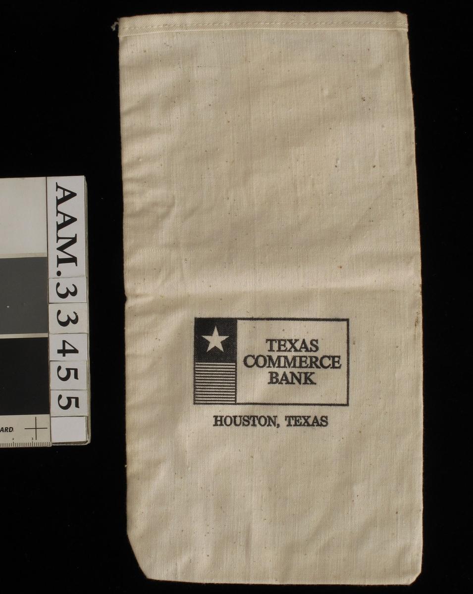Pose av bomullslerret. Med påmalt tekst i sort:  Texas Commerce Bank / Houston, Texas