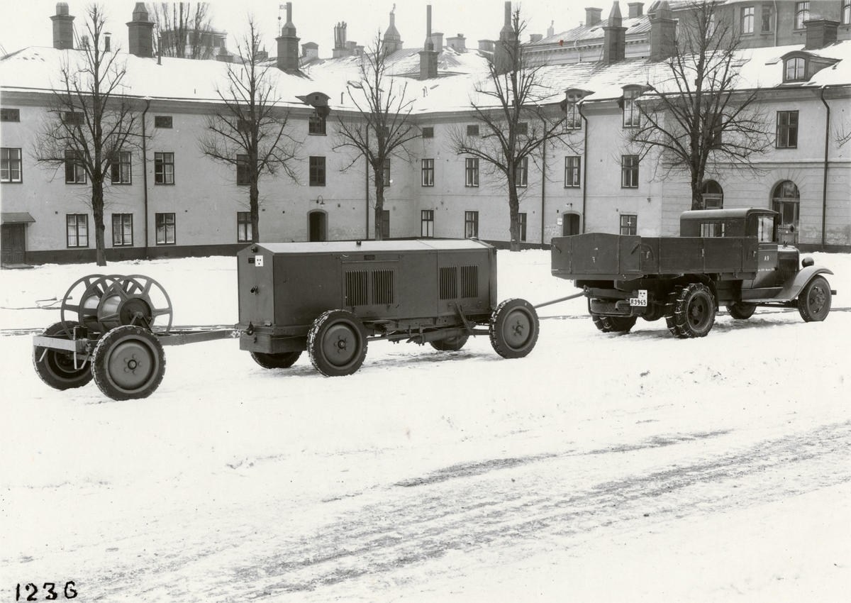 Maskinvagn 23 kW samt kabelkärra, dragna av lastautomobil. Tillverkad av Svenska Instrument Aktiebolaget (SIA).  Ekipaget uppställt på Artillerigården vid Armémuseum.