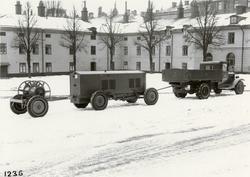 Maskinvagn 23 kW samt kabelkärra, dragna av lastautomobil. T