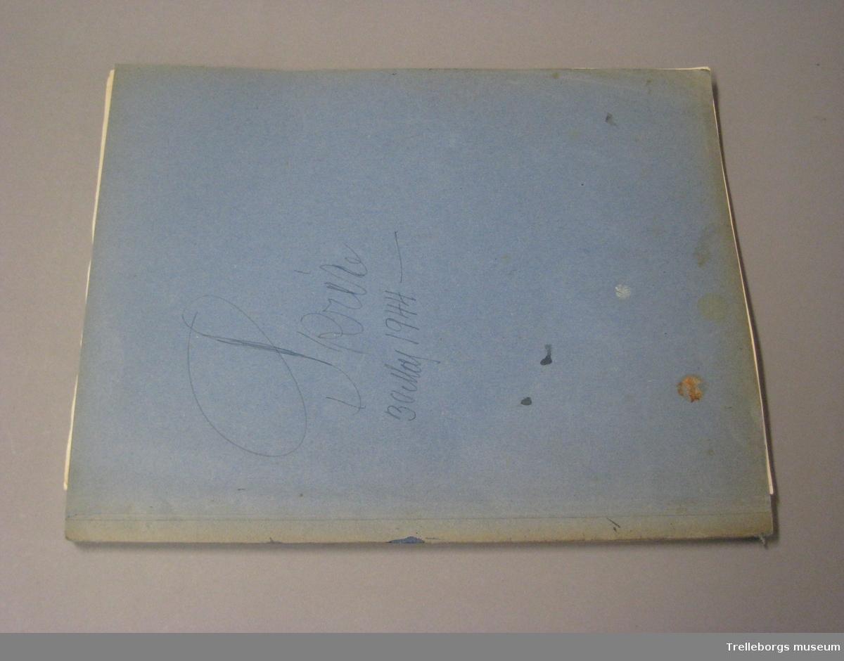 Bakrepärmsida av tjock kartong, främre av tunn blå kartong. Kopie-bok så kallad kvittensblock.