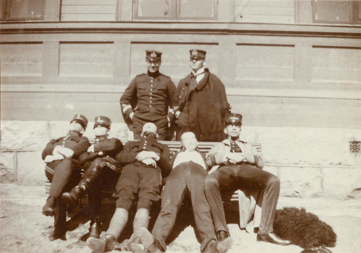 Grupp soldater framför en byggnad.