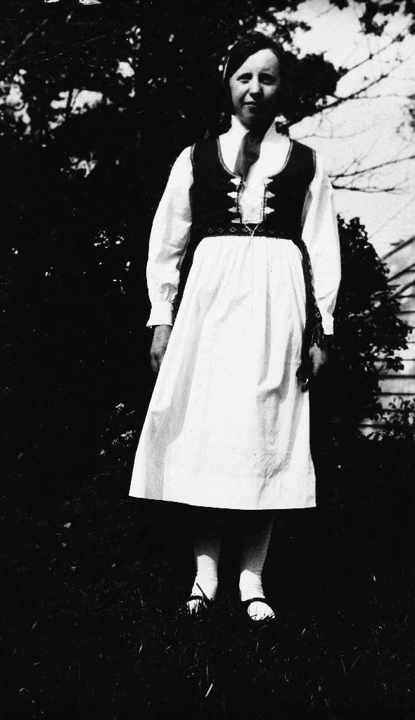 Jente i bunad slik den var brukt i 1920 - 1930 åra i Rogaland.