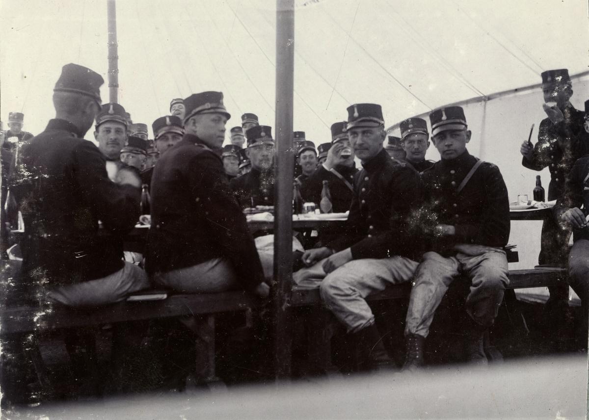 Soldater från Fortifikationen äter måltid i tält.